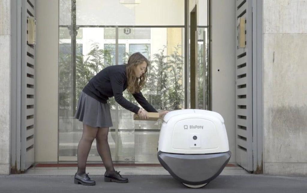 Süni intellektə malik robot kuryer: Yape