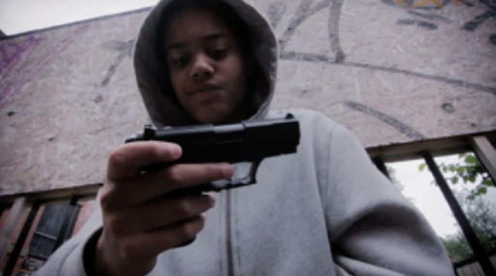 9 yaşındakı uşaq, oyun konsolunu buraxmayan 13 yaşındakı bacısını silahla vurdu!