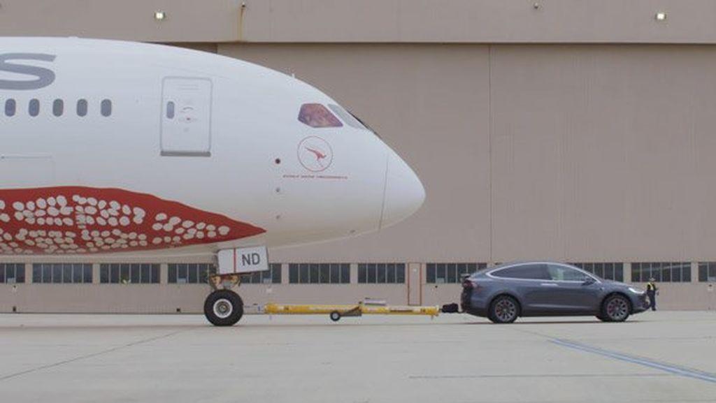 135 tonluq təyyarəni çəkməyi bacaran Tesla Model X, Guinness dünya rekordu qırdı - VİDEO