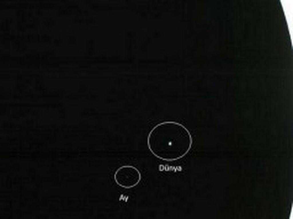 Kosmos Vasitəsi Wall-E-nin Dünya və Ayı  Birlikdə Tutduğu Maraqlı Foto